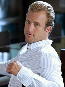 白シャツが似合うスコット・カーン