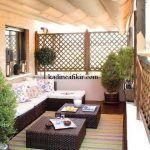 ahşap mobilyalarla oluşturulmuş balkon dekorasyonu