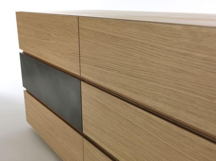 ... Aus Holz Und Eisenschafft Er Quadratische Formen Und Ein Mix Aus  Schubladen Und Flügeltüren. Das Design Ist Minimalistisch Und Von Großem  Stil ...