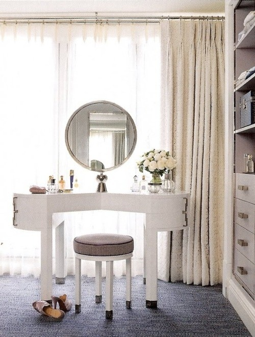 Such a pretty vanity for a bedroom.