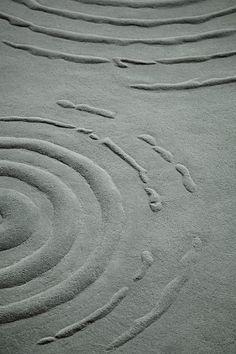 Вы любите смотреть, как капли дождя создают круги на речной глади? Теперь вы можете наблюдать за этим и у себя дома. Серый ковер, дизайнерский ковер, современный ковер, дизайн ковра JAB Carpet, VAN VUGHT Interiors ваш дизайнер интерьеров в Берлине