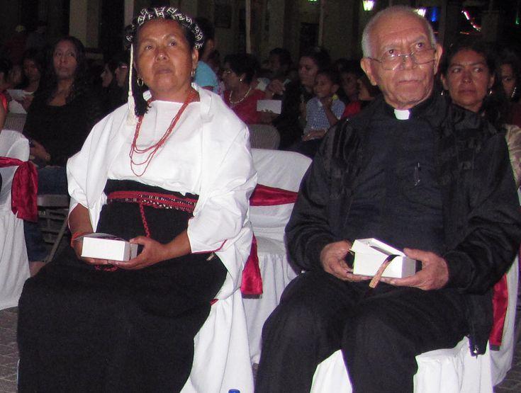 María de Jesús Patricio Martínez, muestra su galardón al merito tuxpanense