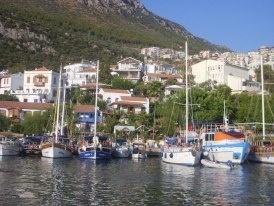 Ada cuma günleri tamamen tekneler ile Kaş'a gidiyor ve sebze meyve alışverişini Kaş'tan yapıyorlar. Diğer ihtiyaçlar ise tekne ve uçak ile Yunan Adalarından sağlanıyor... Daha fazla bilgi ve fotoğraf için; http://www.geziyorum.net/meis/