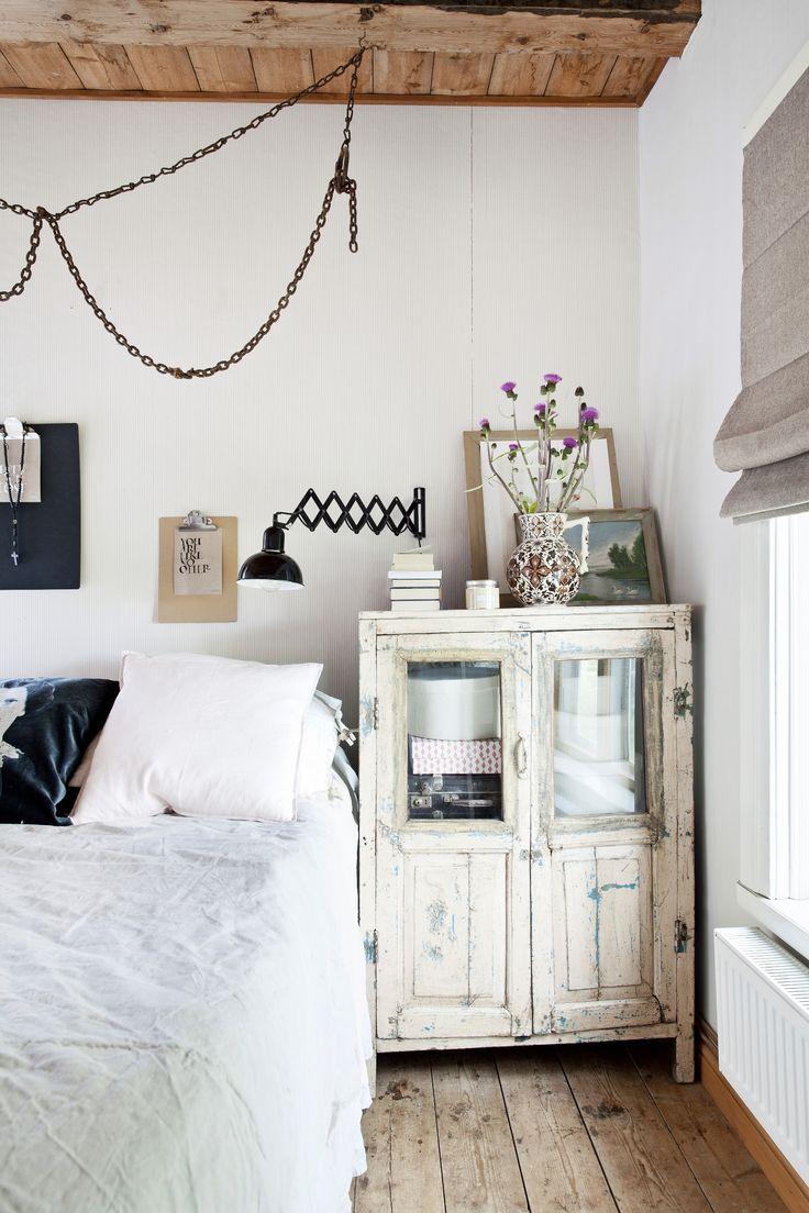 Vanhan talon valkoinen rouhean romanttinen makuuhuone. White bedroom with rough romantic.   Unelmien Talo&Koti Kuva: Camilla Hynynen Toimittaja: Jaana Tapio