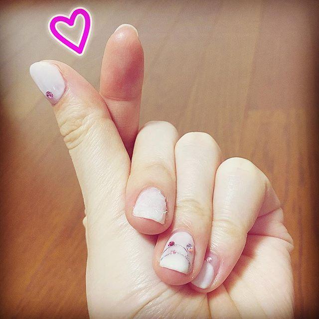 やっぱり昼間の方が明かりの加減で血色がよく見える〜。 韓国アイドルがよくしてるハートマーク。最近可愛いな〜と思う(^^)。 色はシェラックネイルのマットなホワイト2度塗り&パールホワイト1度で繋げました。 #cnd #cndshellac #イルミネーションネイル#ピンクストーン #変形フレンチネイル #冬ネイル #セルフネイル