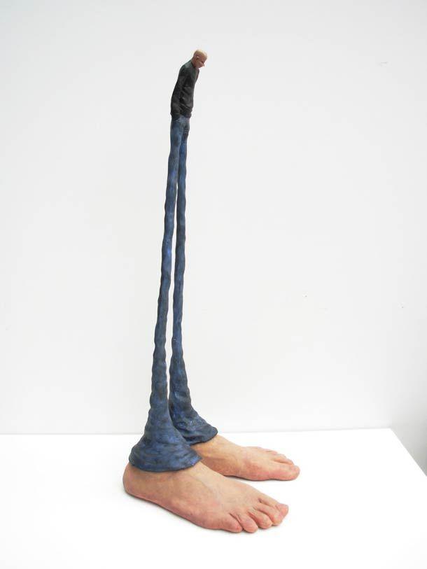 Les sculptures surréalistes de l'artiste argentin Gerardo Feldstein, qui déforme ses modèles de manière démesurée en jouant sur une perspective imaginaire. Gerardo Feldstein réalise aussi des objets humanisés (ou des humains objetisés ?), dotés de mains et pieds, personnifiant de manière troublantes ces objets du quotidien…