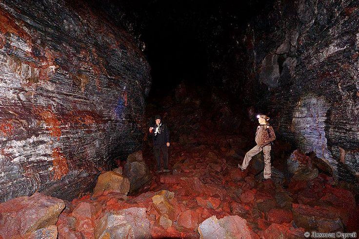 Серебристые стены, красные камни - совсем не похоже на другие   пещеры