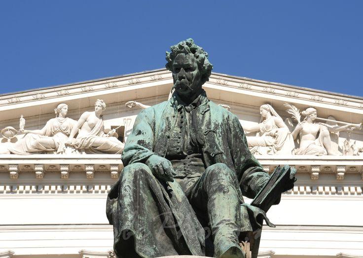Arany János szobra a Magyar Nemzeti Múzeum előtt.