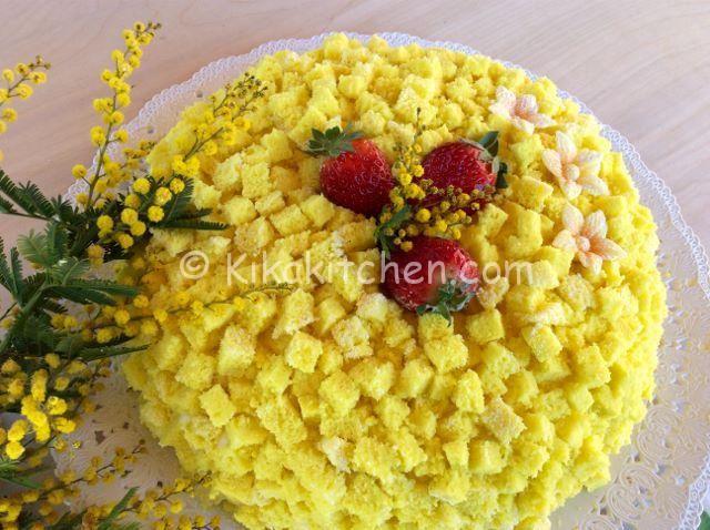 La torta mimosa è tradizionalmente preparata per la festa della donna perchè ricorda il fiore della mimosa. Pan di spagna farcito con crema.