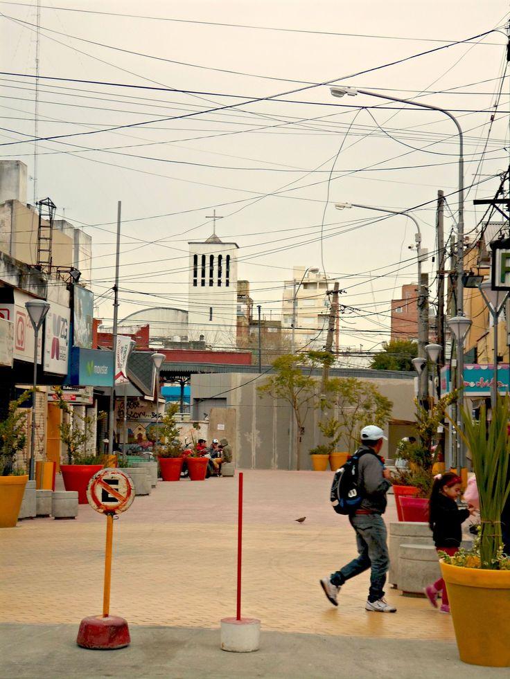 Calle peatonal, en el fondo se visualiza la Parroquia de Nuestra Sra. del Rosario de Pompeya. Castelar.