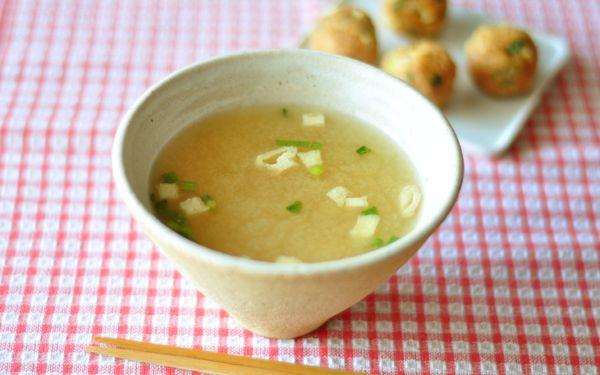 お弁当作りを始める方が多くなる4月。一緒に温かいお味噌汁があると、心がホッとなごみませんか? お弁当のお供には、作り置きができて、持ち運びも簡単な「味噌玉」が便利です。お味噌にだしと具を入れて丸めた味噌玉を、会社のマグカップに入れてお湯を注げば、あっという間にお味噌汁が完成します。 作って数日で使い切るのであれば、1個1個ラップに包んで冷蔵庫へ。そうでない場合は、丸めたものをそのまま製氷皿に入れて冷凍保存。味噌は冷凍庫に入れても完全に凍ることはないので、飲みたいときにすぐに溶かすことができます。 作り置きをしておくと本当に便利なので、私はお弁当だけではなく、朝食にもときどき使っています。自宅で使うときは、お椀にかいわれ大根やとろろ昆布、刻んだみょうがなど、生でも食べられるものを加えて、ボリュームを出すこともできますよ。 ■つくりおき味噌玉 レシピ制作:管理栄養士 長 有里子 <材料 10個分> 味噌 150g 和風だしの素(顆粒) 小さじ1 こねぎ(刻んだもの) 大さじ4 油揚げ 1枚 <作り方> 1、油揚げを5mm角に切る。 2、材料を全て混ぜ合わせる。…
