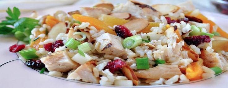 En las épocas festivas, puede ser que te sobre un poco de arroz integral y pollo, así que transforma esos sobrantes, en la cena del día siguiente, realzando el sabor del arroz con vegetales de colores vivos y almendras tostadas y crujientes para hacer una ensalada fácil e inolvidable. El pollo rostizado o asado funciona también muy bien.