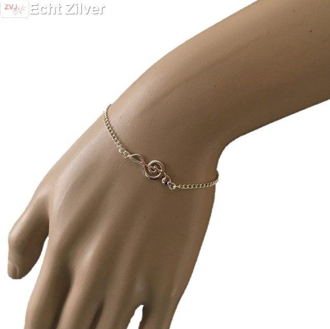Trendy, hip echt zilveren armbandje met een muziek noot.Het armbandje heeft een lengte van 16.25 verstelbaar naar 17.5 cm Leuk muzikaal cadeau!