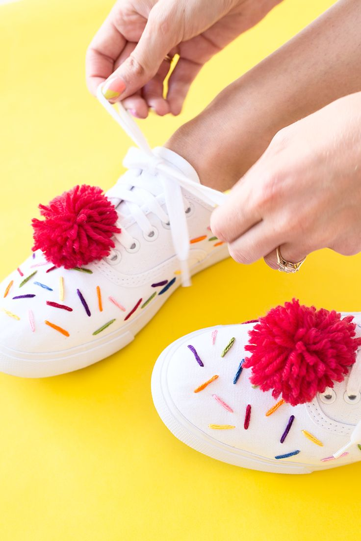 These DIY Ice Cream Sneakers are so adorable! | Decora tus tenis con pompones y tiras de hilo de colores. Muy original y bonito.