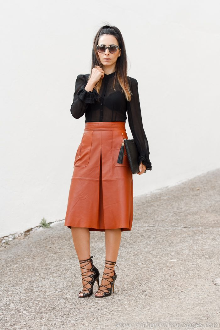 Look con Blusa de estilo victoriano, Falda de cuero y sandalias Isabel Marant