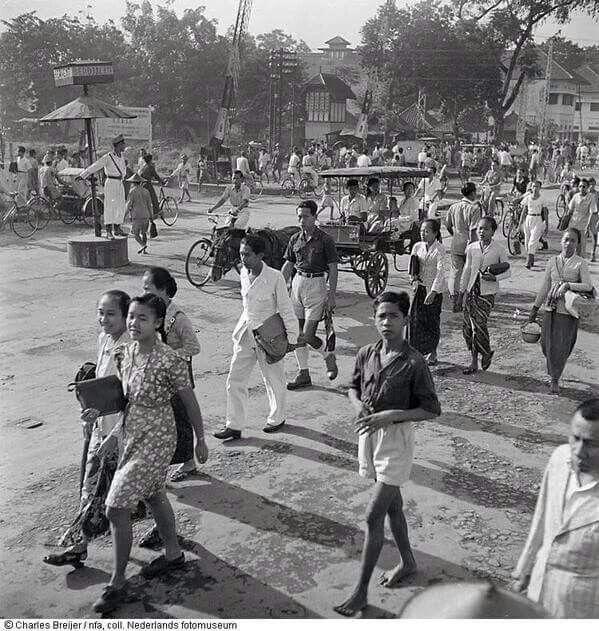 Ini aktivitas warga Jogja di tahun 1948. Lokasinya ini diperlintasan teteg sepur utara Malioboro | karya fotografi Charles Breijer