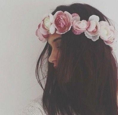 Donkerbruin haar met een mooie wit en lichtroze rozenhaarband.