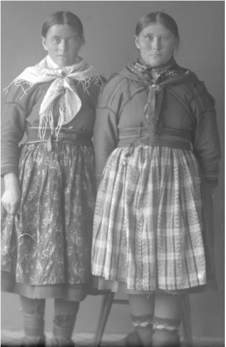 Inga Lena Saitton år 1925, Gällivare Fotograf Ida Barrel Observera de fina näverstickade strumporna.  Saami from Gällivare picture taken in 1925. Please note the beautiful stockings with saami traditional entrelac pattern.