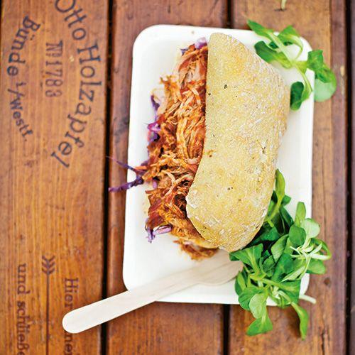 Het ultieme festivalbroodje maak je net zo makkelijk thuis. Dit recept van honingmosterddressing met smokey's BBQ saus hoort bij de Pulled Pork sandwich. Let op: de hoeveelheden zijn voor 15 personen!    Voor de dressing:  Los de droge mosterdpoeder,...