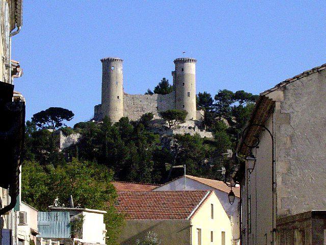 Même s'il n'a plus son faste d'antan, la construction médiévale fortifiée de Châteaurenard surveille toujours les vallées et tente d'attirer les touristes pour visiter son musée.