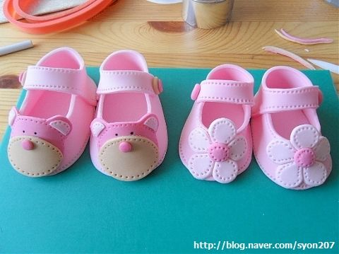 Deborah Hwang Cakes: How to make fondant baby shoes - wie du aus Fondant Babyschuhe für Cake deko machst Bildanleitung