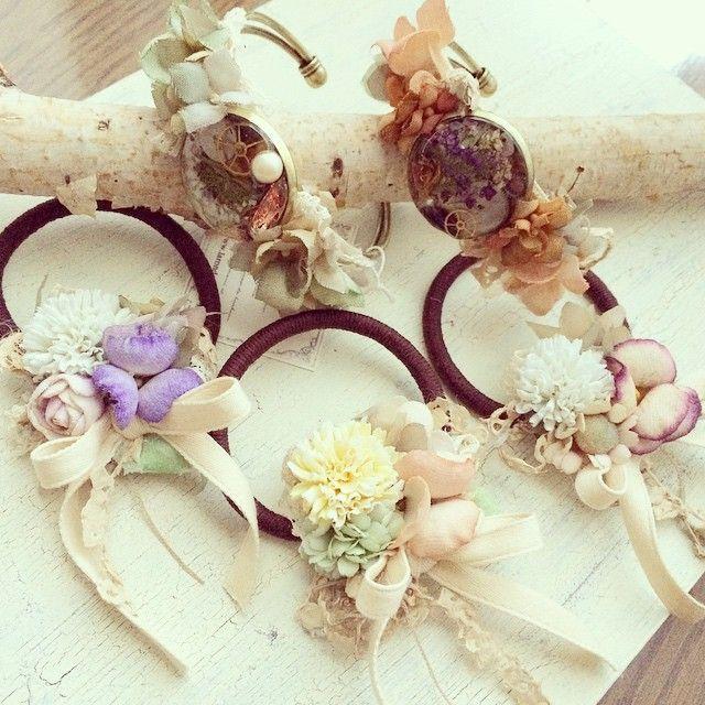 布花とレジンのバングルに布花のヘアゴム ヘアゴムにはリボンを添えて #リボンマルシェ #布花 #アクセサリー