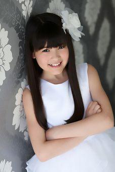 彼女の名前は、宇見(うみ)・ギャレット(Umi Garrett)。 米国カリフォルニア在住の日系人です。2000年8月15日が誕生日なので、ちょうど12歳になったばかり。2009年の5月、まだ8歳の時に、NBCテレビの番組に出演してからというもの、彼女は一躍有名となり、世界中からオファーが来るようになりました。http://www.umigarrett.com/biography 私が最初に聴いた彼女の演奏は、9歳の時に弾いたショパンの幻想即興曲でした。ほんのいくつか音を間違えてはいましたが、とても素晴らしい演奏で心に響きました。11歳の時の演奏を聴いたときは、もっと驚きました。 たった2年でこれほどまでに上手くなるのかと感嘆し、何度も繰りかえして聴きました。そして、彼女はピアノを弾いている時でさえ、微笑みを絶やさないのです。少なくとも私には彼女が微笑みながら弾いているように見えます。それは、誰かに強制されているわけでも、プレッシャーに固くなっているわけでもなく、 ただ純粋に心から喜びながら弾いているからだと思います。