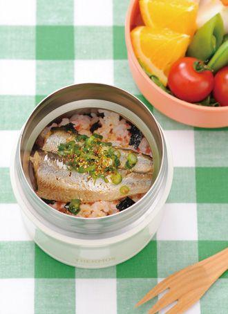 オイルサーディンのさっぱり和風どんぶり   オイルサーディンを使って簡単にできる丼です。ご飯に混ぜ込んだカリカリ梅がアクセントです。 さっぱりした味で、クエン酸の疲労回復効果もあり、夏におすすめです。 材料(1人分)  ごはん 120g カリカリ梅(みじん切り) 小さじ2 のり(小さくちぎる) 適宜 オイルサーディン(缶詰) 3~4枚 しょうゆ、オイルサーディン缶の油 各大さじ1/2 万能ねぎ(小口切り) 適宜 七味唐辛子 適宜  作り方  1 ごはんにカリカリ梅のみじん切りを混ぜ電子レンジ(600W)で、あつあつになるまで1分ほど加熱し、スープジャーに入れ、のりをちらす。 2 耐熱容器にオイルサーディンとしょうゆ・オイルサーディンの油を入れ、ラップをして電子レンジ(600W)で30秒加熱する。 3  2をしょうゆと油ごと1の上にのせ、万能ねぎと七味唐辛子をちらし、フタをする。
