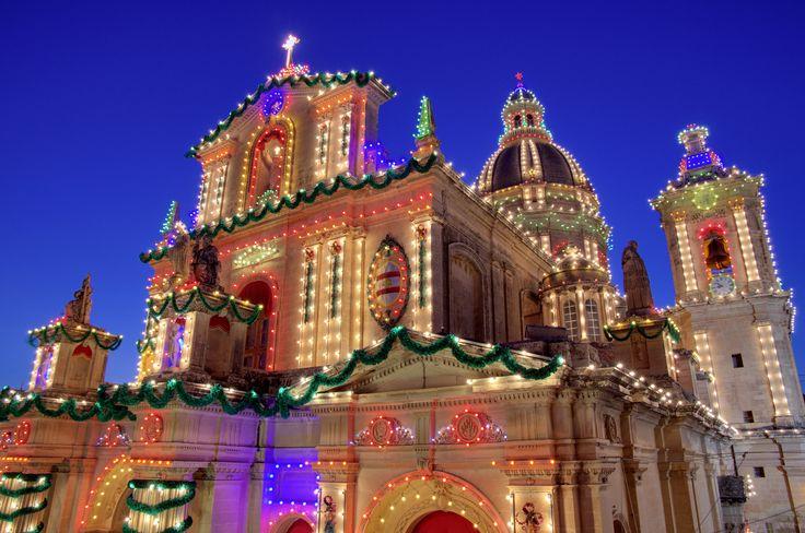 De kerk is geheel versierd met talloze gloeilampen in vele kleuren.
