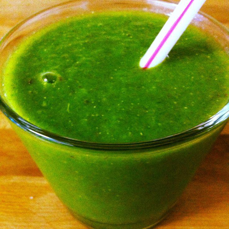 Sumo verde: couve portuguesa+ananás+maçã+canela+chia e água de côco.