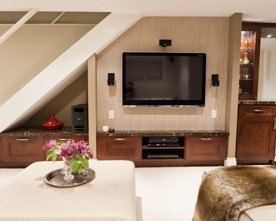 Escada com painel de TV embaixo