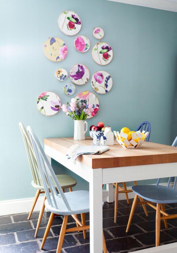 In Blautönen gestrichene Holzstühle und Keramik an der Wand roomido Foto: GAP Interiors/Douglas Gibb