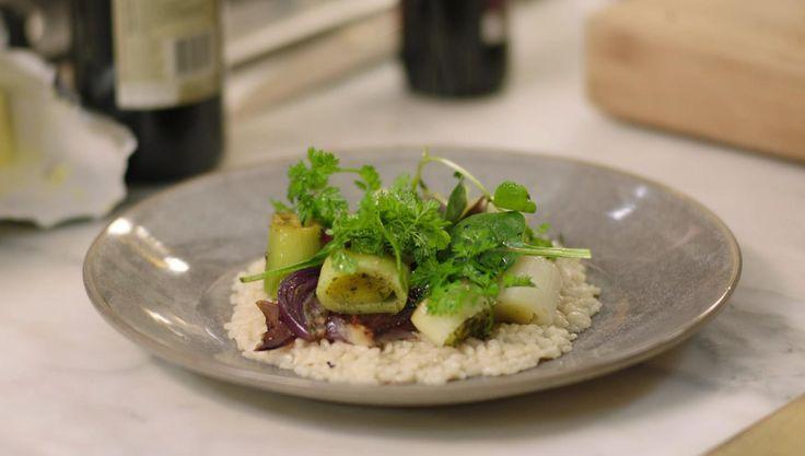 Risotto komt uit het noorden van Italië waar ze het afwerken met een flinke klont boter. Jeroen maakt een vegetarische versie met prei en rode ui.