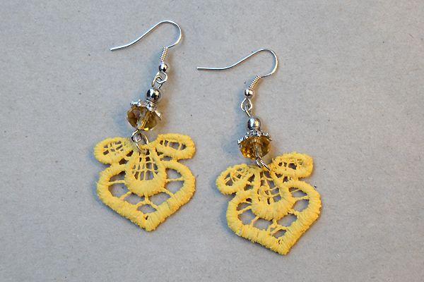 Earrings made of yellow lace and pearls. http://www.minka.fi/korvakorut-pitsikorvakorut-c-36_39.html