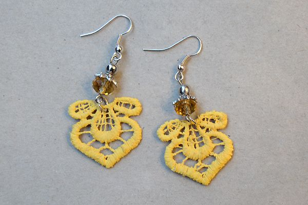 Earrings made of yellow lace and pearls. http://www.minka.fi/korvakorut-pitsikorvakorut-c-36_39.html