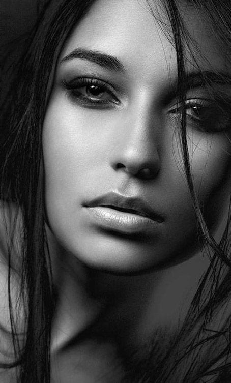 Schwarzes Haar, das ernstes Frauenporträt, Schwarzweiss, Graustufen, einfarbige Frau / weibliche Porträtfotografie und Berufsheadshot von der Vorderansicht erwägt, redaktionelle Fotografie der Mode bildete Innen mit Studiobeleuchtung. Nahaufnahmen des Oberkörpers von schönen jungen Frauen mit natürlichem Lächeln und wunderbarem Gesicht, Augen und Haaren in der besten Haltung. Tolle Ideen und Inspiration, Licht und Schatten, um eine zurückhaltende Porträtfotografie zu kreieren. Chandu
