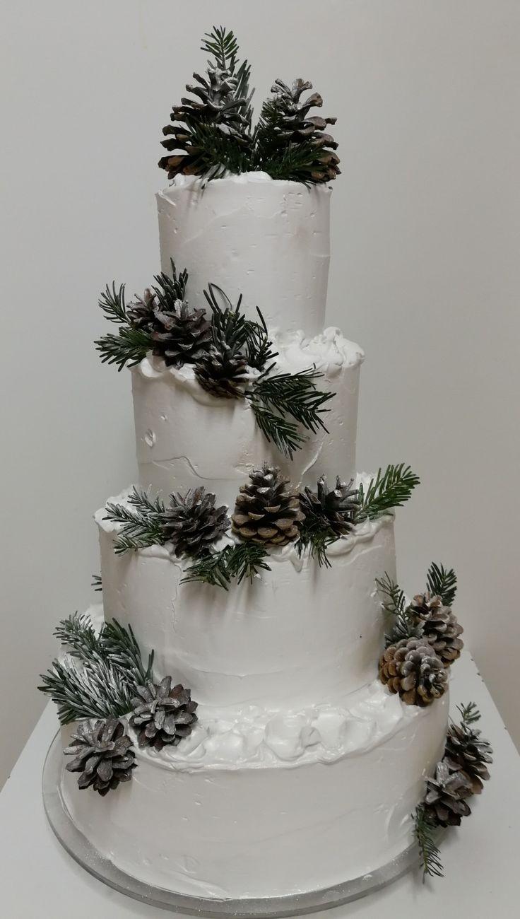 Barackos tejszínes esküvői torta, látszik, hogy hamarosan havas táj lesz