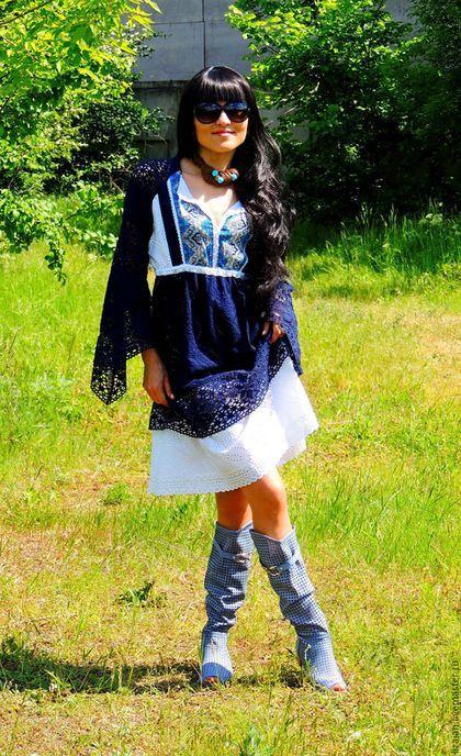 Купить или заказать БОХО платье из хлопка (№136) в интернет-магазине на Ярмарке Мастеров. ПРОДАНО Платье - вне времени и моды! Натуральный хлопок, обилие красивейшего широкого кружева, шитье по хлопку и контраст цветов позволят обладательнице платья чувствовать себя не только восхитительно красивой, но и обеспечат полный комфорт. Нижняя белая юбка только подчеркивает красоту и вышивку верхней синей ткани. Конечно особого внимания заслуживают и рукава: обилие широкого натурального кружева и…