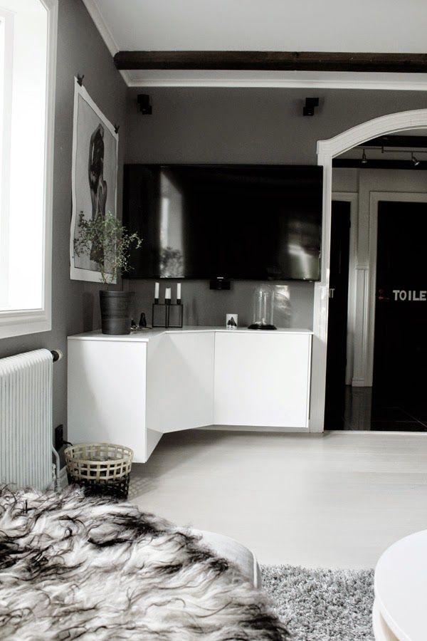 DIY: Mediamöbel i vinkel av köksskåp (överskåpen). Mer info på bloggen.