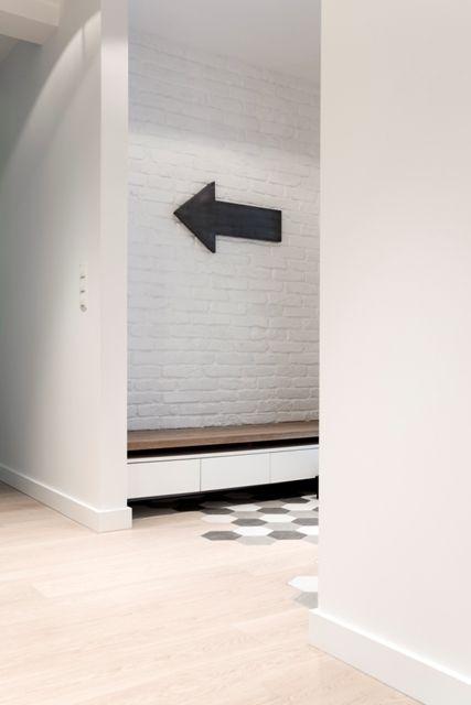 Idealne połączenie dwóch rodzajów podłóg.  Podłoga drewniana: Scheucher Parkett LHD 182 - Dąb w wersji szczotkowanej wykończony matowym lakierem.   Perla #PODŁOGADREWNIANA #DĘBOWAPODŁOGA # Scheucher #PODŁOGA #DIRECTFLOOR  Fot. JOANNA CZARNOTA Photography