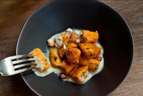Depois da couve-flor, a abóbora é o ingrediente que considero mais versátil, dentro da dieta low carb. Esse nhoque é DIVINO! Dá um pouquinho de trabalho, mas permite que a gente mate aquele desejo …