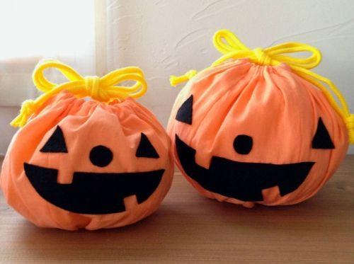 ※10月11日:「大」の型紙の端が欠けてしまう部分等を修正しました。 ※10月14日:工程12を修正しました。 ハロウィンのお菓子を入れる袋(巾着)です。こちらは裏地なしのレシピです。 6枚はぎと底のギャザーでかぼちゃの丸みを作っています。 型紙は小と大があります。 顔はフェルトのパーツを貼るだけなので色々な表情が作れます。 ★広げた状態での大きさ(単位cm) 小:円の直径約15×高さ約10 大:同約17×約13 ※材料は1個分です。 ※型紙を保存・印刷後、[5cm] の長さを確認して下さい。