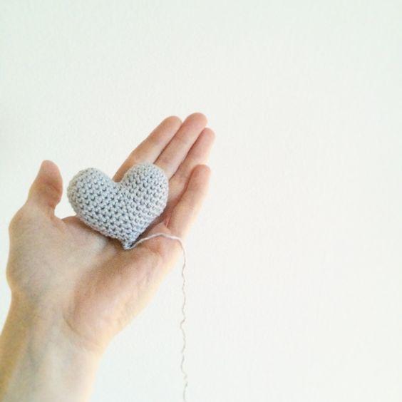 """Et lille hurtigt hjerte, som jeg viste på Facebook i går. Mange har vist interesse for en opskrift. Altså jeg har jo ikke """"designet"""" hjertet, det er der vist ikke nogle der har copyright på - ret mig hvis jeg…"""