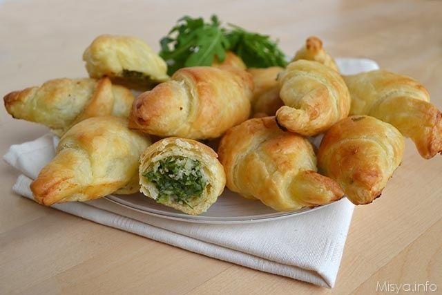 I cornetti di pasta sfoglia con stracchino e rucola sono una ricetta facile e sfiziosa da preparare per una festa a buffet, insieme alle classiche pizzette,