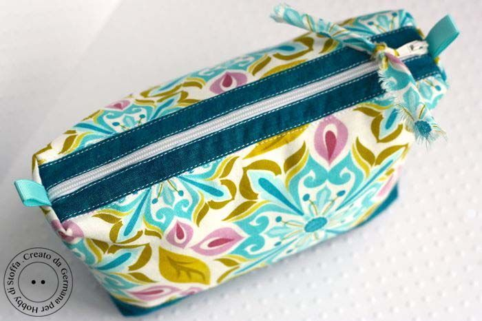 Make up pouch or pencil case. Excellent photo tutorial for an easy sewing. Zippered with lining.