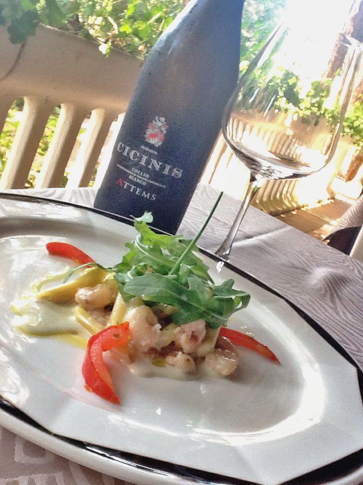 """La nostra ricetta del mercoledì: oggi """"penne gamberetti, gorgonzola e rucola"""" un ottimo primo piatto facile da preparare, leggero e nutriente! In abbinamento un buon vino bianco dei nostri vicini vigneti. #hotelmarinetta #toscana #ricette #tuscany #toskana #recipes #pesce #fish #bolgheri #vino #wine"""