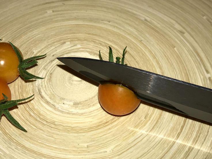 Gefertigt werden die Keramikmesser aus Zirkonoxid, eine Hochleistungskeramik, die unter anderem in der Medizin als Zahnersatz oder auch im Maschinenbau zum