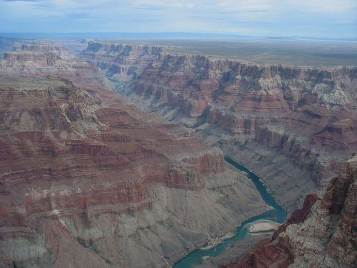 Il Gran Canyon è un'immensa gola creata dal fiume Colorado nell'Arizona settentrionale. È lungo