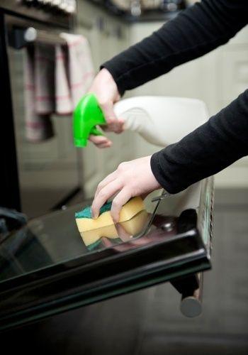 DESENGORDURANTE - Ingredientes: 300 ml de vinagre branco / suco de um limão / uma colher de chá de detergente caseiro (veja receita na foto 4!) / dez gotas de óleo essencial de limão. Como fazer? Misture bem todos os elementos e utilize um borrifador para aplicação do produto. | Como age? O vinagre e o limão são capazes de remover gorduras por causa de seus componentes principais, o ácido acético e o ácido cítrico, respectivamente. A alta concentração de tais substâncias na solução…