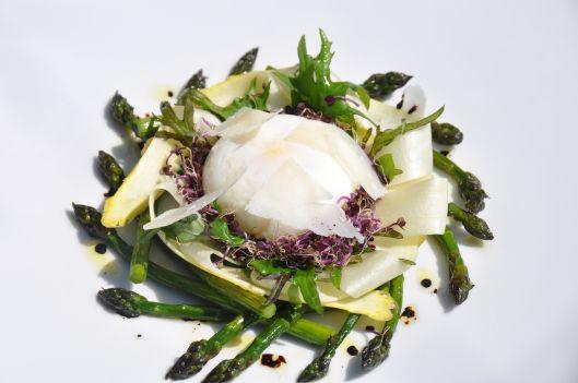 Une petite salade d'asperges, oeuf poché et parmesan. Pour accompagner cette petite salade, je vous recommande un vin issu du cépage Sylvaner qui s'associe merveilleusement avec les asperges.. La recette par Stéphane Décotterd.